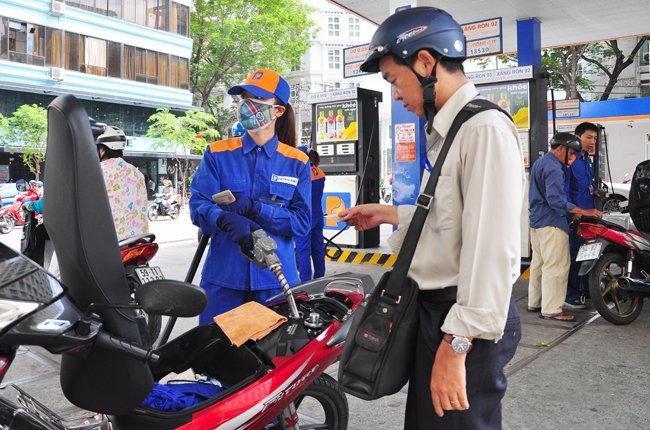 Giá nguyên nhiên liệu giảm mạnh sao người tiêu dùng chưa có lợi? - ảnh 1