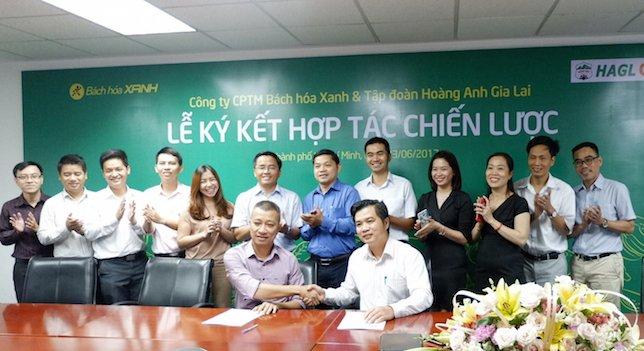Ông Trần Kinh Doanh, Tổng Giám đốc MWG (ngồi bên trái) và ông Võ Trường Sơn, Tổng Giám đốc HAG (bên phải) trong lễ ký kết hợp tác. Ảnh: MWG cung cấp