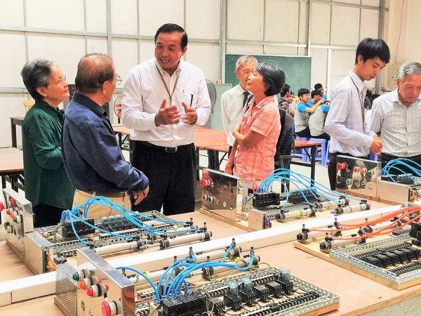 Thầy Phó hiệu trưởng Trịnh Thanh Toản, trao đổi với đoàn tại xưởng dạy nghề, khoa điện của trường.