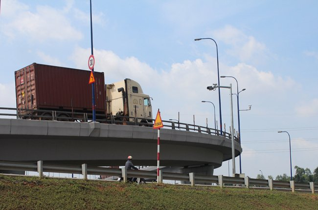 Xe quá tốc độ trên cầu vượt Cát Lái sẽ bị ghi hình