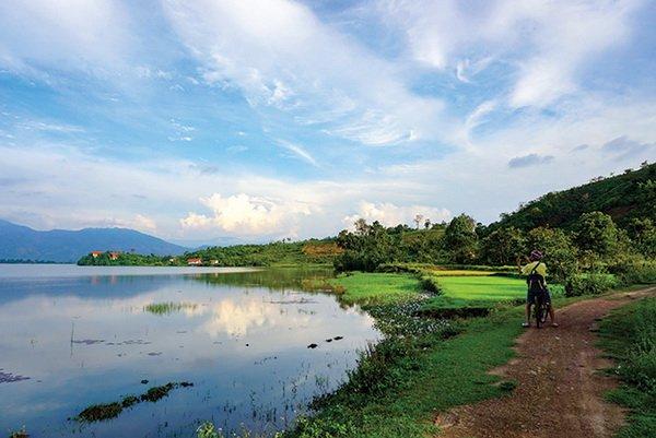 Một góc hồ Lắk nhìn từ con đường đi xe đạp ven hồ.